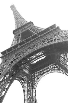 La torre eiffel en parís aislada sobre fondo blanco. imagen en blanco y negro