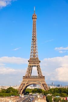 Torre eiffel en parís bajo el cielo azul francia
