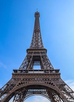 Torre eiffel en parís francia contra el cielo azul de abril