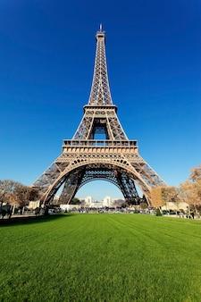 Torre eiffel en parís con hermosos colores en otoño