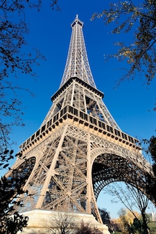 La torre eiffel en parís en otoño