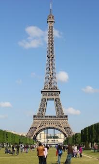 Torre eiffel con parque en parís, francia