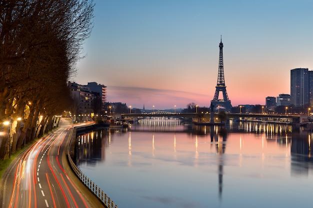 Torre eiffel y el río sena al amanecer, parís - francia