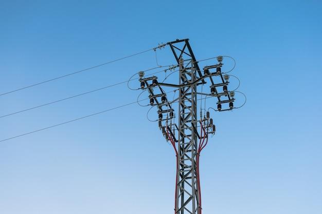 Torre de energía de alta tensión, pilón y cables de línea.