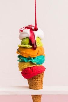 Torre de helados de colores con jarabe
