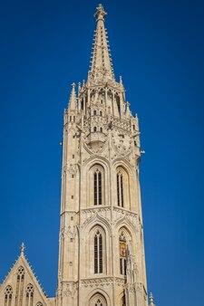 Torre de la iglesia de matías y cielo azul, ciudad de budapest, hungría