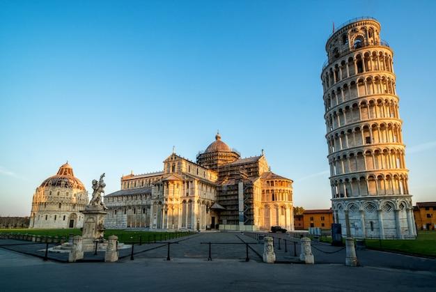 Torre inclinada de pisa en pisa - italia