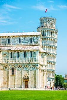 Torre inclinada de pisa en verano