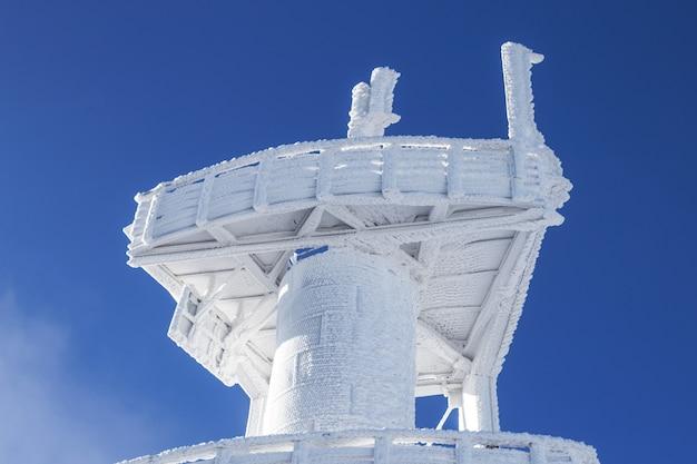 Torre de observación cubierta de nieve. fuertes nevadas en el edificio