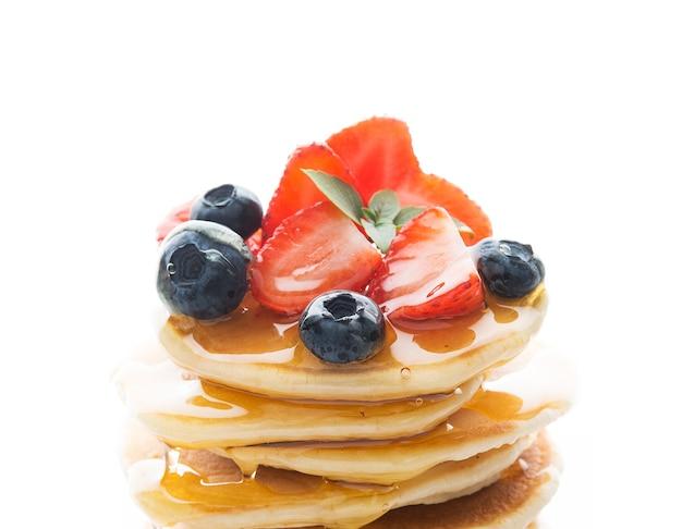 Torre de panqueques con fresas y miel