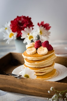 Torre de panqueques con plátano y frambuesas