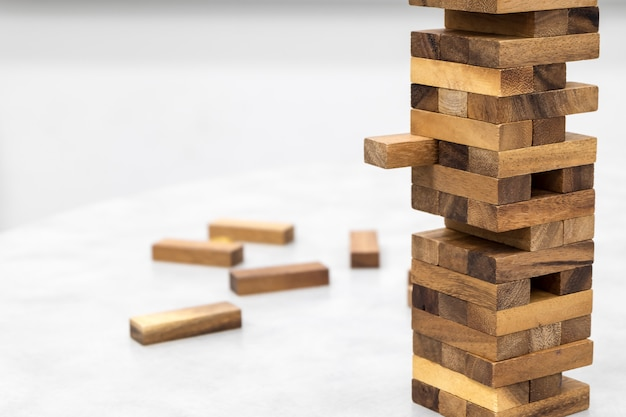 La torre de la pila de bloques de madera de juguete.