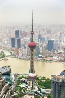La torre de radio y televisión oriental pearl en shanghai - china