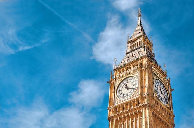 Torre del reloj big ben en londres, reino unido