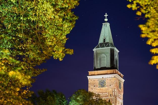 La torre del reloj de la catedral de turku, finlandia