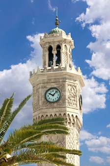 Torre del reloj de izmir en la plaza konak, turquía