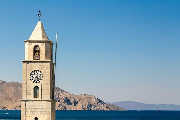 Torre del reloj en los muelles de la isla de symi, grecia