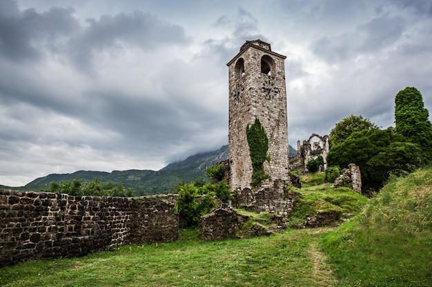 Torre del reloj en el paisaje de stari grad