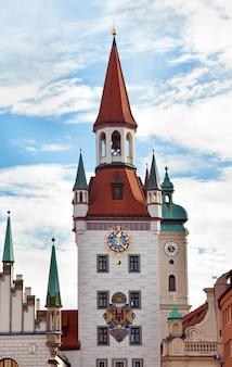 Torre del reloj del zodiaco, munich, alemania