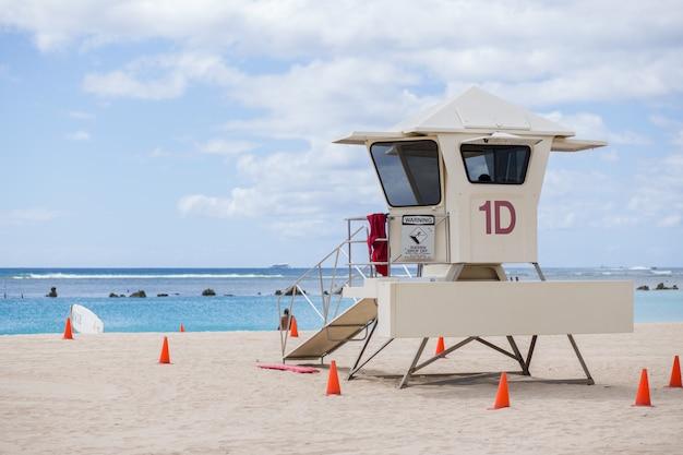 Torre de salvavidas en la playa
