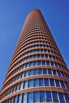 Torre sevilla o torre pelli (torre de sevilla o torre pelli), el edificio más alto de la ciudad. impresionante vista desde la planta baja.