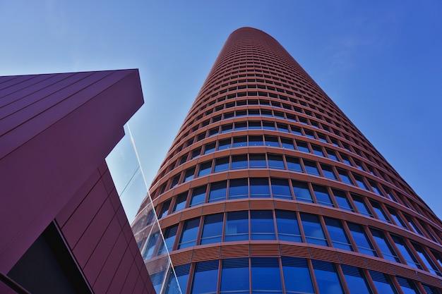 Torre sevilla o torre pelli (torre de sevilla o torre pelli), el edificio más alto de la ciudad. vista desde la planta baja.