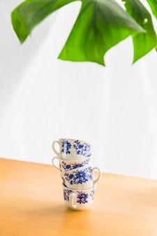 Torre de tazas de té de porcelana