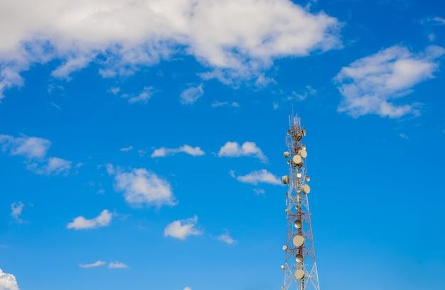 Torre de telecomunicación mástil tv antenas tecnología inalámbrica.
