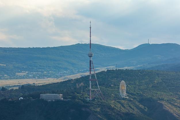 Torre de televisión de tbilisi en el monte mtatsminda - georgia. citicsape