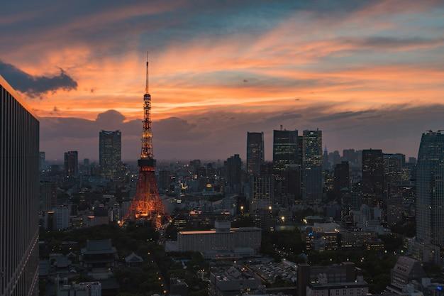 Torre de tokio en la ciudad de japón por la noche