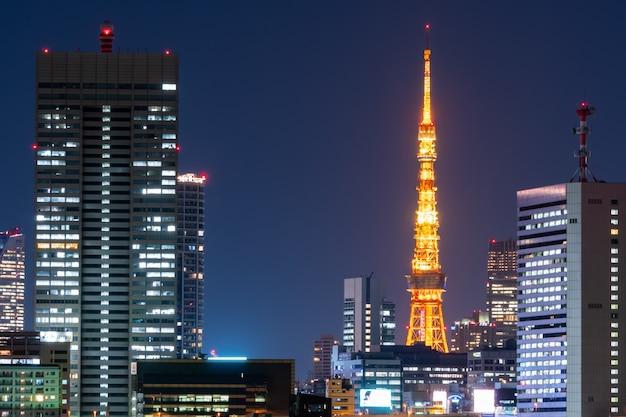 Torre de tokio y paisaje urbano en japón.