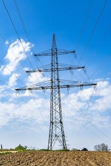 Torre de transmisión con un cielo azul claro