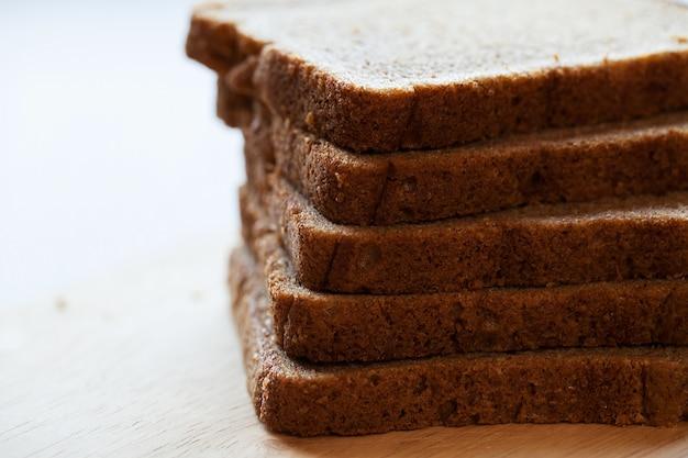 Torre de trozos de pan sobre una mesa