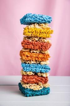 Torre de vista frontal de coloridos fideos ramen