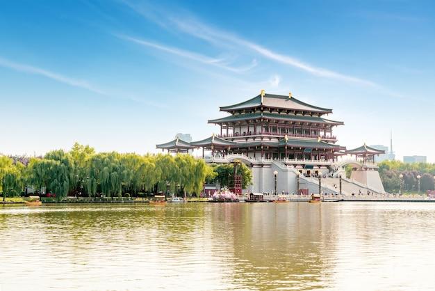 La torre ziyun es el edificio principal del jardín datang furong, xi'an