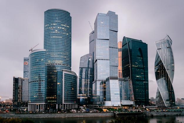 Torres de la ciudad de moscú en la noche. edificios comerciales. vista de la ciudad. famoso lugar turístico en rusia. archirecture skycrappers.