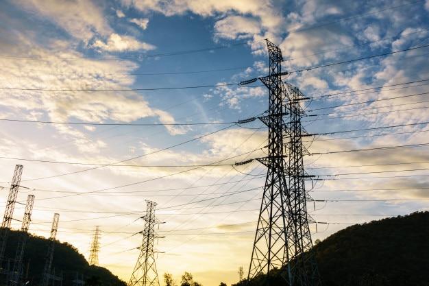 Torres de alto voltaje en el fondo de los cielos, torre de línea de transmisión.