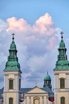 Torres de un edificio de la iglesia en budapest