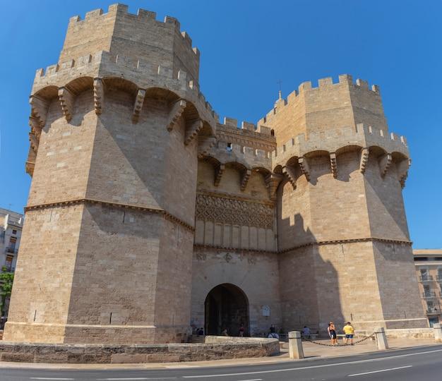 Torres góticas de serrans de una antigua muralla de la ciudad