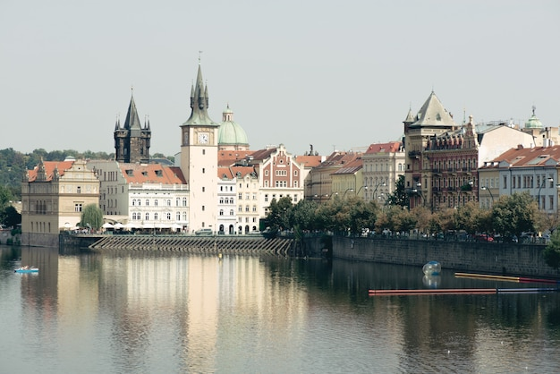 Torres de praga y el río moldava en día soleado. republica checa