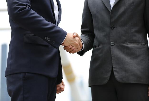 Torso del empresario estrecharle la mano