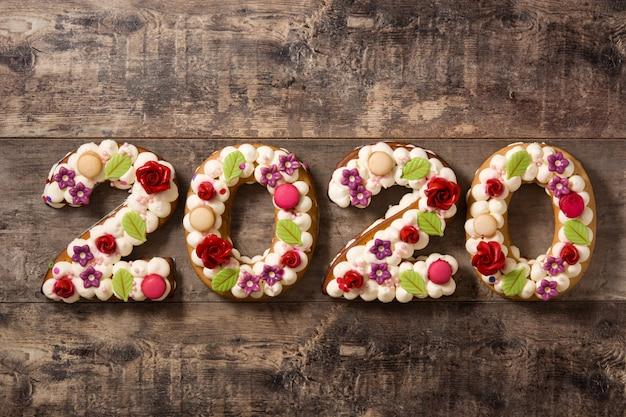 Torta 2020 en mesa de madera. concepto de año nuevo
