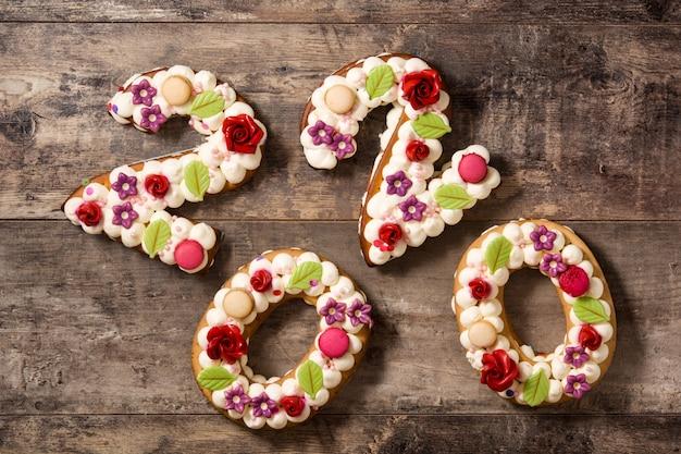 Torta 2020 en mesa de madera concepto de año nuevo.