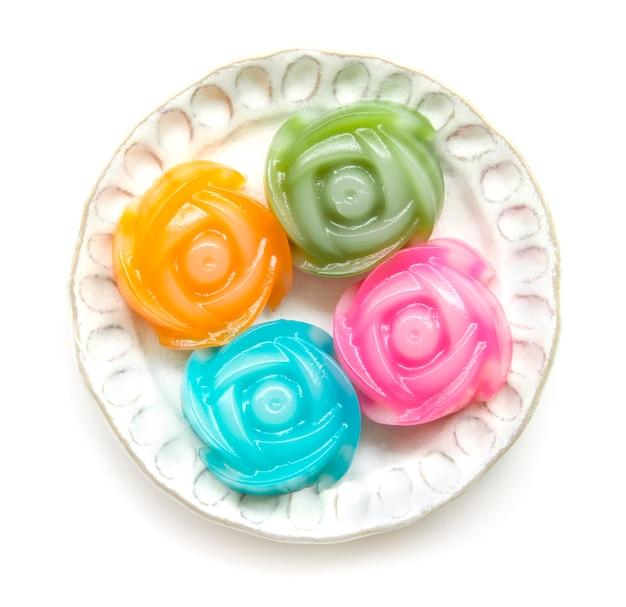 Torta acodada dulce del postre tailandés en la opinión superior del modelo de las flores color de rosa aislada en el fondo blanco