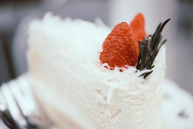 Torta con café con hielo en la mesa en la cafetería