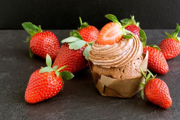 Torta de chocolate hecha en casa con crema y la fresa.