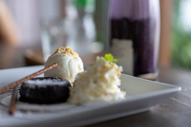 La torta de chocolate y el helado de vainilla están bellamente colocados en el plato.