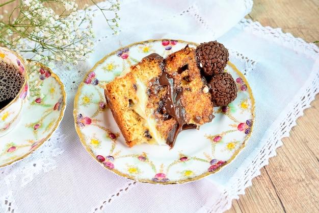 Una torta dulce de la rebanada. postre tradicional con una taza de café