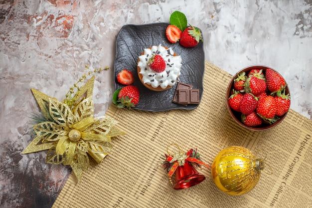 Torta dulce vista superior con frutas sobre fondo claro