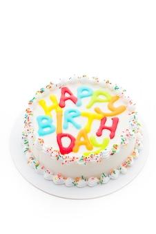 Torta del feliz cumpleaños aislada en el fondo blanco